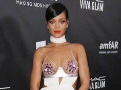 Rihanna, pictorial spectaculos printre rechini! VIDEO